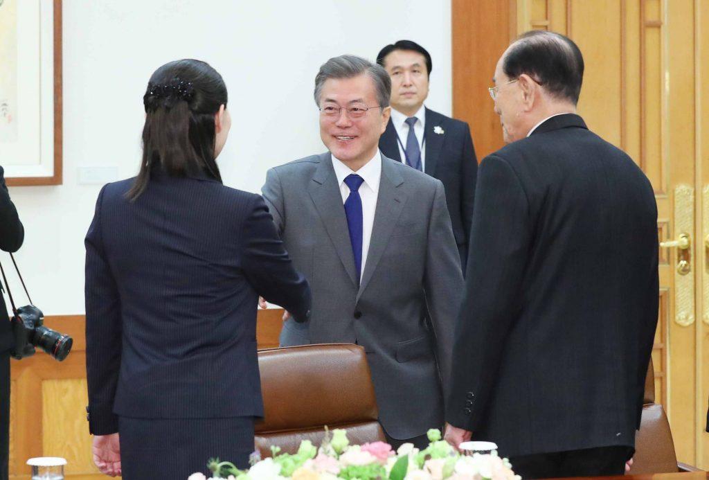 Moon Jae In se reúne con Kim Yo Jong, hermana de Kim Jong Un, y el jefe ceremonial de Corea del Norte, Kim Yong Nam.